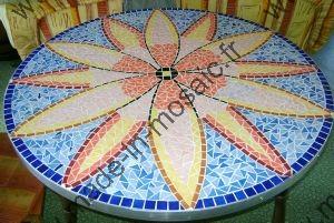 Table fleur mosaique modele image en mosaiques table for Carreaux de briare