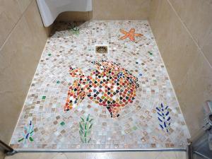 Made in mosaic propose une vari t de mosaique pour for Fond de douche italienne