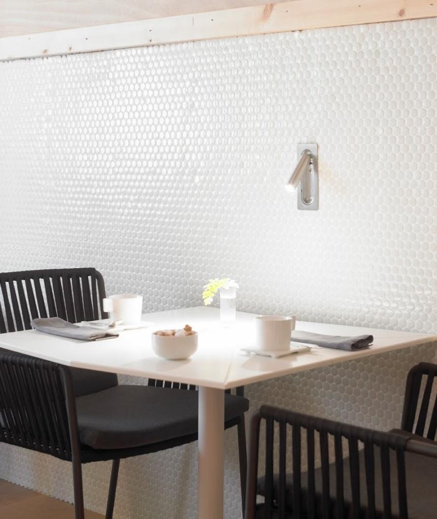 Plaque mur cuisine cuisine by 2design cuisine blanche et for Plaque cuisine mur