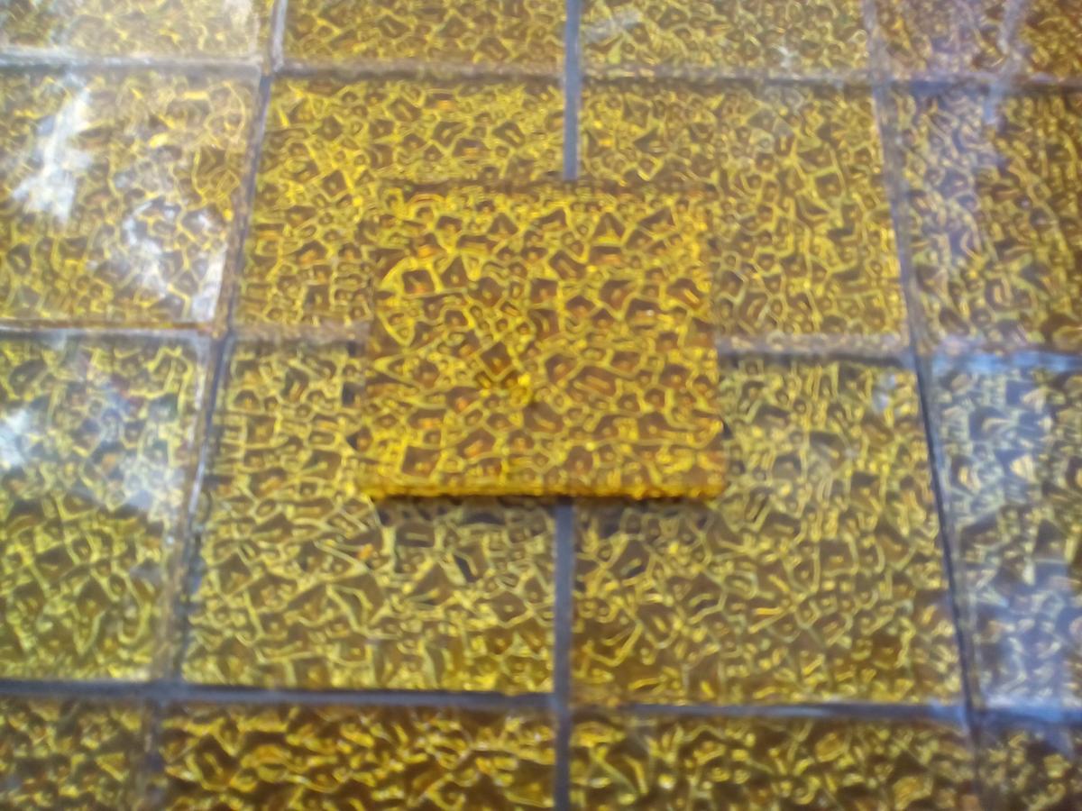 Recouvrir Frise Carrelage Salle De Bain jaune mosaïque jaune doré gaufré carré 4.8 cm par 4.8 cm mosaïque émaux  vetrocristal par plaque